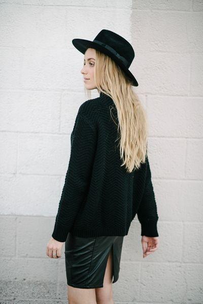 стильный образ свитер кожаная юбка